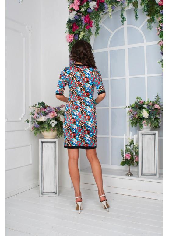 Платье приталенное с ярким принтом