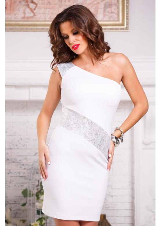 Платье приталенное с открытым плечом белое