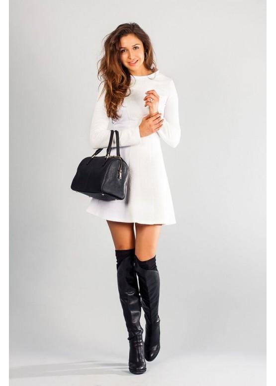 Платье белое с расклешенной юбкой